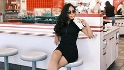 Rachel Vennya Cicip Burger In-N-Out hingga Turkey Leg Saat di Amerika