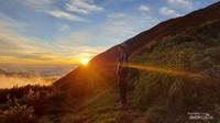 Terpesona Sunset Terindah di Atap Sumatera