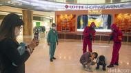 Pink Soldier Squid Game Sapa Pengunjung Lotte Shopping Avenue
