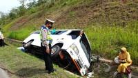 Mobil Travel Masuk Parit di Tol Cipali, Satu Orang Tewas