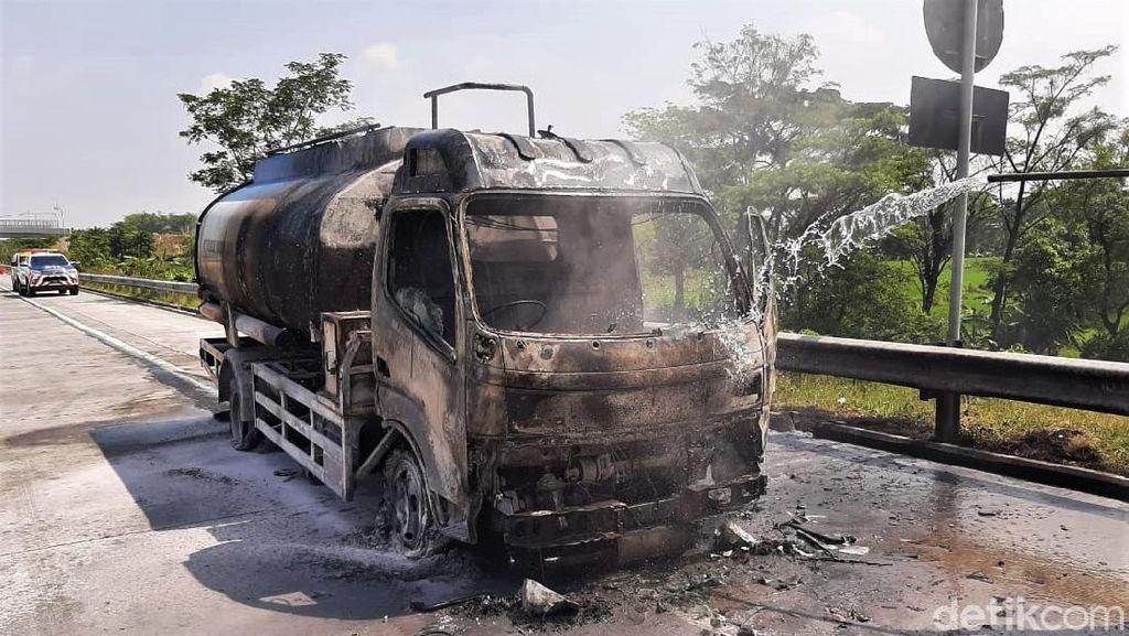 Penampakan Truk BBM Solar  yang Terbakar di Tol Pandaan-Malang