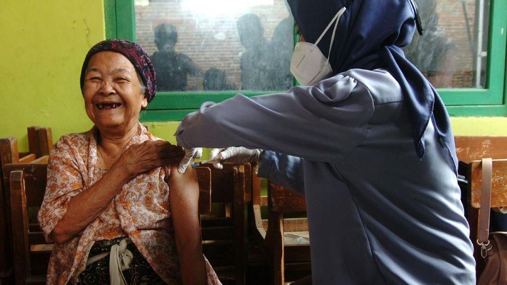 Senyum Ceria Nenek 102 Tahun yang Berani Divaksin