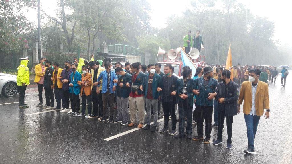 Demo BEM SI Tetap Lanjut Meski Diguyur Hujan