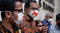Haris Azhar Pakai Masker Bertanda Silang Saat Mediasi, Ini Artinya