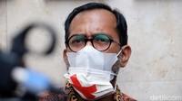 Masker Silang Haris Azhar-Fatia Kala Mediasi dengan Luhut Tertunda
