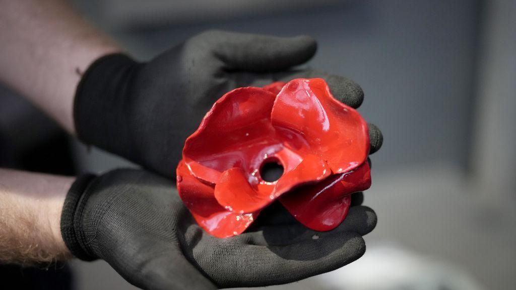 Ini Bunga Poppy Raksasa yang Terbuat dari Keramik