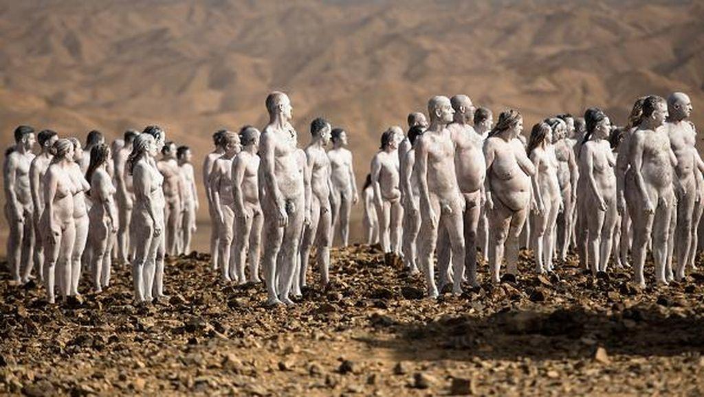 Ratusan Orang Telanjang di Gurun Israel, Ngapain?