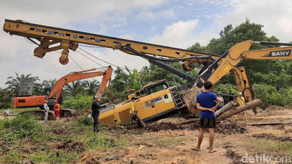 Sudah 5 Hari Crane Amblas di Pekanbaru Belum Dievakuasi