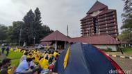 Mahasiswa Yellow Jacket Piknik Tolak Statuta UI