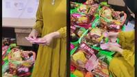 Sultan! Wanita Ini Sedekah Bingkisan Makanan Isi Uang Ratusan Ribu