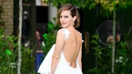 7 Gaya Emma Watson Pakai Gaun Pengantin Bekas di Karpet Merah, Elegan!