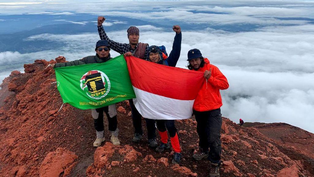 Kader Muda PPP-Santri Kibarkan Merah Putih di 5 Puncak Gunung