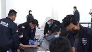 Detik-detik Polisi Gerebek Kantor Pinjol Ilegal di Surabaya