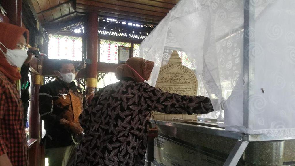 Momen Mensos Risma Bersimpuh-Panjatkan Doa di Makam Cut Nyak Dien