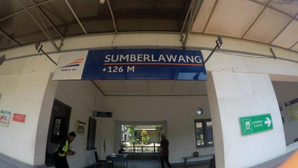 Bukan Penunjuk Jarak, Apa Ya Arti Angka di Papan Nama Stasiun?