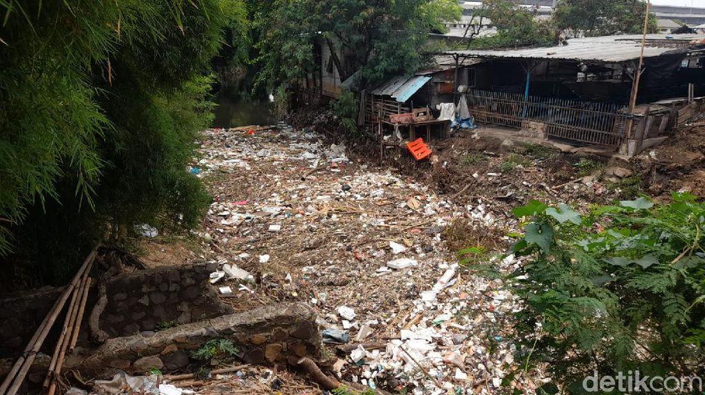 Lurah Persoalkan RPH di Dekat Tumpukan Sampah Kali Jambe Belakang Tol Japek