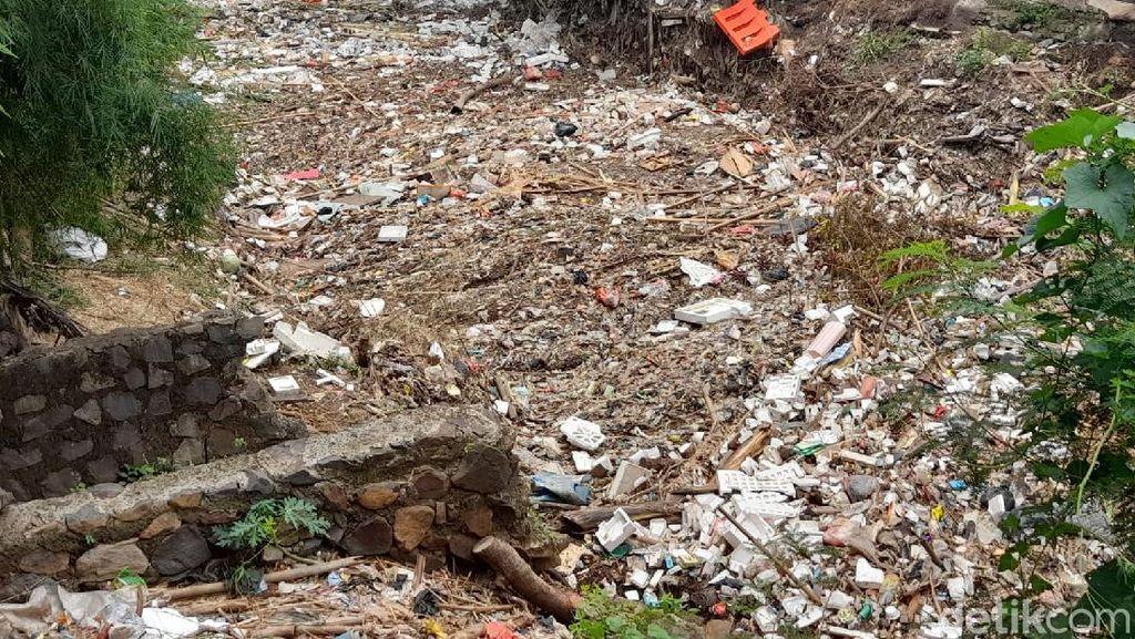Tumpukan Sampah Sumbat Kali Jambe, Belakang Rest Area Km 19 Tol Japek