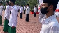 Pakai Sarung dan Peci Hitam, Peserta Peringati Hari Santri di Karawang