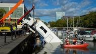 Waduh, Ada Truk Nyemplung di Pelabuhan Bristol Inggris
