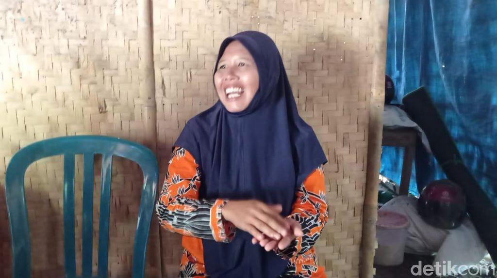 Kisah Guru Honorer di Ngawi Tinggal dengan Kambing & Bergaji Rp 350 Ribu