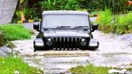 Jajal Jeep Gladiator di Trek Menantang