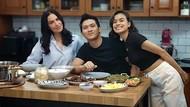 Momen Eva Celia dan Sophia Latjuba Kompak Masak di Dapur