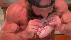 Demi Badan Kekar, Pria Ini Rela Makan Testis Banteng Mentah