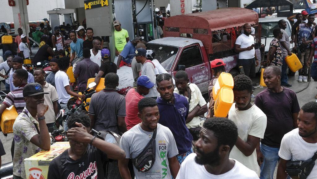 Gegara Krisis BBM, Pom Bensin di Haiti Ramai Diserbu Warga