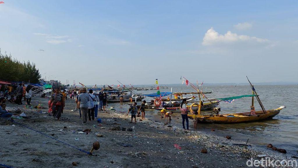 Warga Jubeli Pantai Kenjeran Saat Weekend, Tapi Banyak yang Tak Pakai Masker