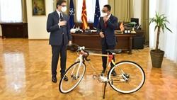 Bertemu Dubes, Presiden Makedonia Utara Diberi Sepeda Bambu Buatan UKM RI
