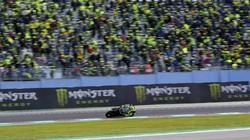 Beruntung Banget yang Dapat, Rossi Lempar Helm Spesialnya ke Fans