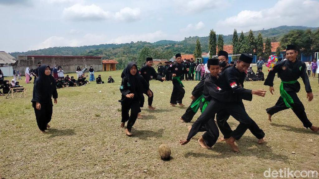 Melihat Serunya Santri di Kuningan Bermain Sepak Bola Pakai Durian