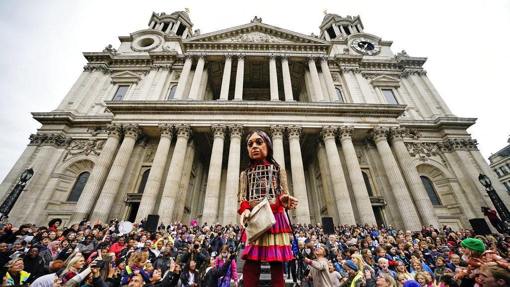 Tiba di Inggris, Boneka Raksasa Little Amal Disambut Ratusan Warga