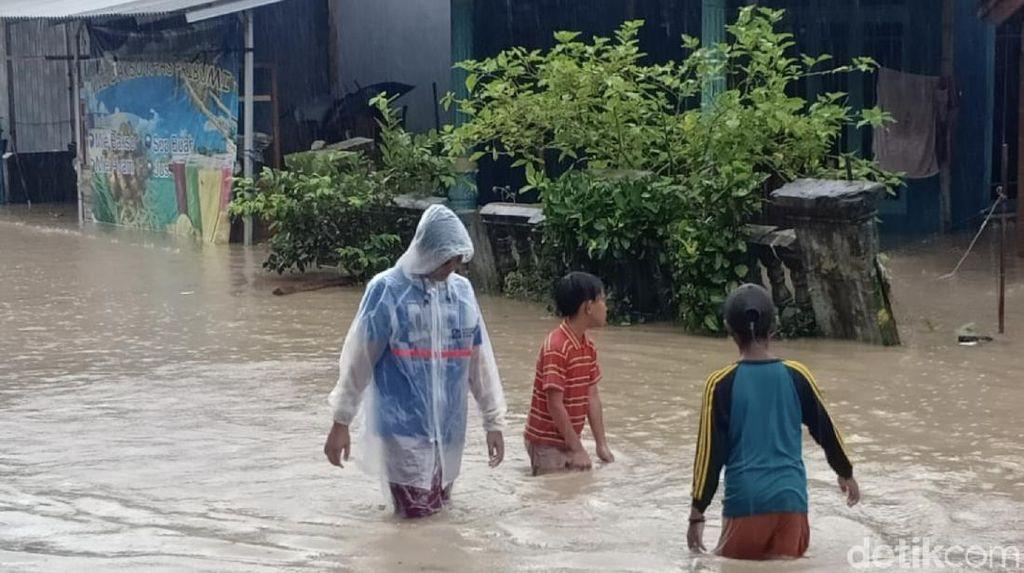 Banjir Rendam Ruma dan Sekolah di Tegalbuleud Sukabumi