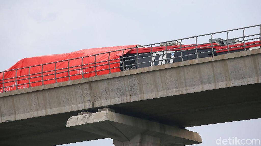 Penampakan 2 Kereta LRT Ditutupi Terpai Usai Tabrakan di Cibubur
