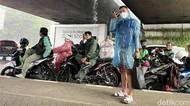 Hujan Lebat, Pemotor Ramai-ramai Berteduh di Kolong Jembatan