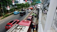Evakuasi Sopir TransJ Korban Kecelakaan di Cawang Berlangsung 40 Menit