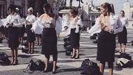 Aksi Pramugari Alitalia Demo Merger Sambil Buka Baju
