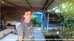 Potret Bule Swiss Jualan Ikan di Perkampungan, Jago Berbahasa Sunda