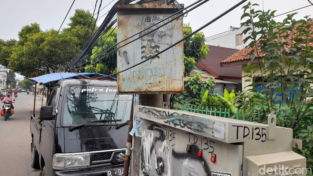 3 Tiang Gardu Listrik Masih Makan Badan Jalan di Ciputat Timur, Tangsel