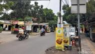 Belasan Tiang Makan Jalan Masih Menanti Dicabut dari Jl WR Supratman Tangsel