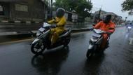 Tips Berkendara Motor Ketika Hujan, Bikers Perlu Lakukan Ini