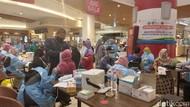 Warga Serbu Vaksinasi Pfizer di Transmart MX Malang