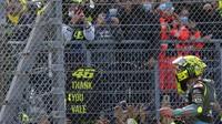 Ini Orang Beruntung yang Dapat Helm yang Dilempar Rossi di MotoGP Emilia Romagna