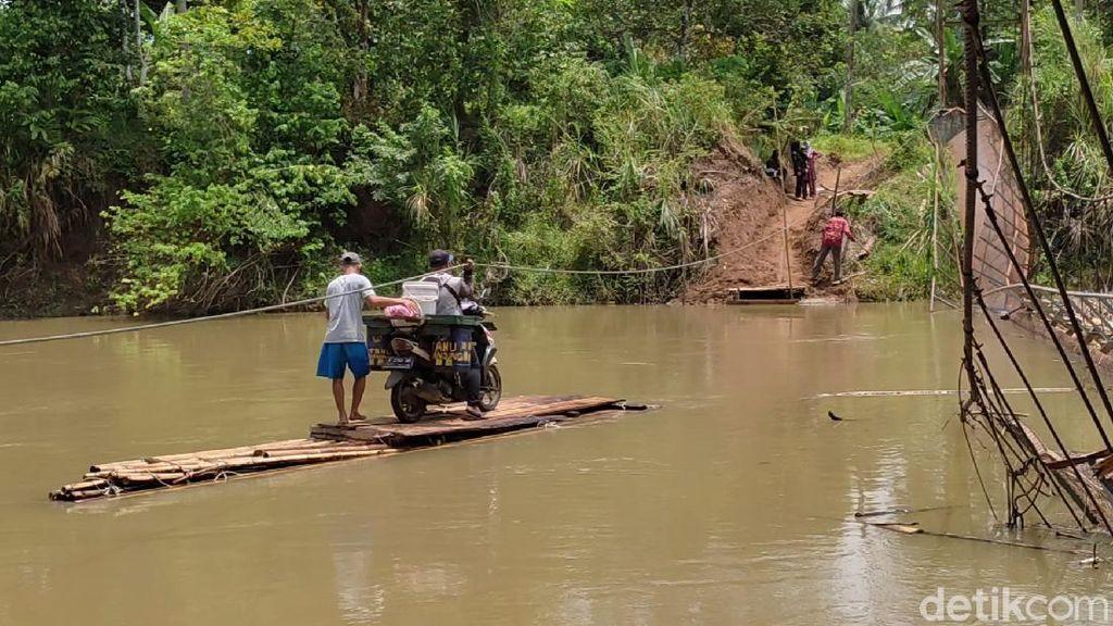 Merasakan Sensasi Naik Getek Seberangi Sungai Gegara Jembatan Gantung Ambruk