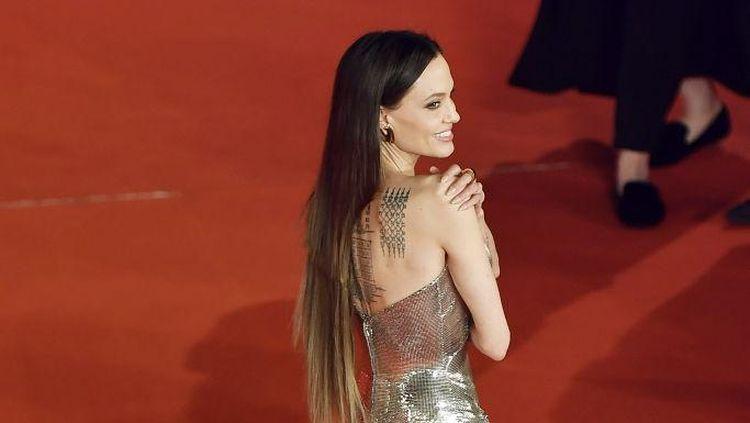 7 Gaya Angelina Jolie di Premier Eternals, Rambutnya Disebut bak Bencana