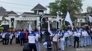 Massa Buruh di Karawang Tuntut UMK 2022 Naik 10 Persen