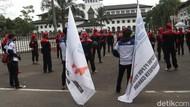 Kawal Pembahasan UMP Jabar, Buruh Demo di Depan Gedung Sate
