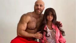 Setelah Nikahi Boneka Seks, Binaragawan Ini Siap untuk Berkencan dengan Manusia