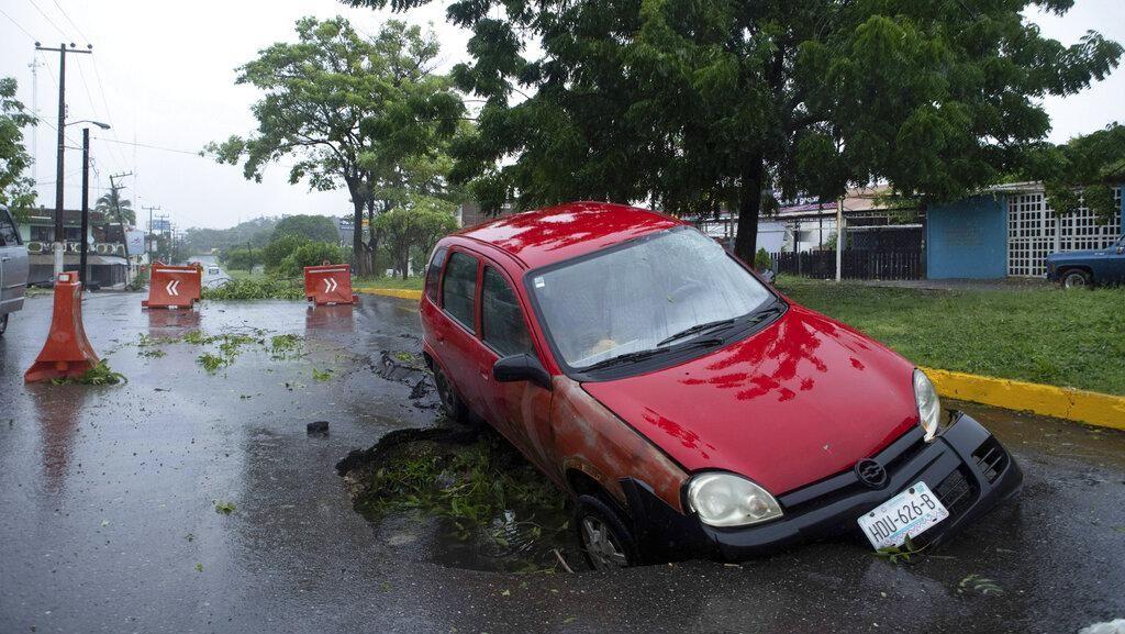 Ngeri! Mobil hingga Perahu di Meksiko Jadi Korban Badai Rick